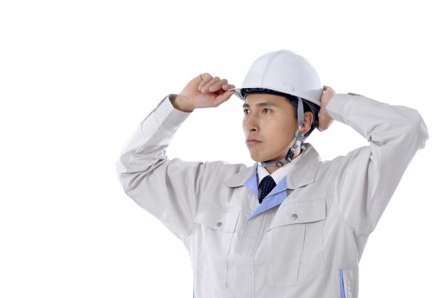工事ヘルメットを着用した男性