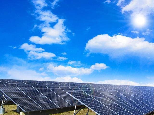 太陽光発電設備と青空