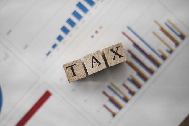税金と書かれた積木と資料