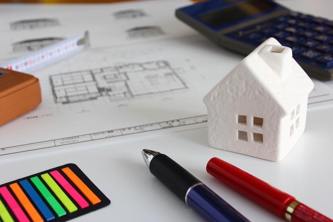 家の置物と筆記用具