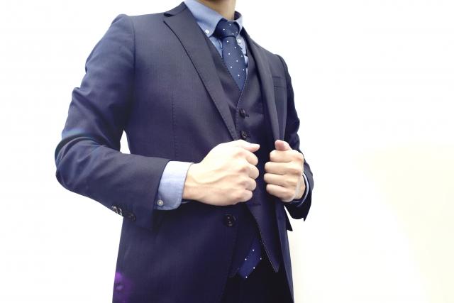 スーツを整える男性