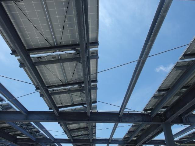 屋上のソーラーパネル